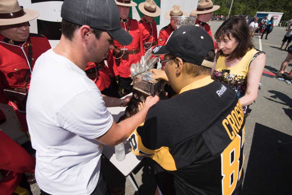 crosby-gives-drodge-a-guided-tour-of-the-conn-smythe.jpg